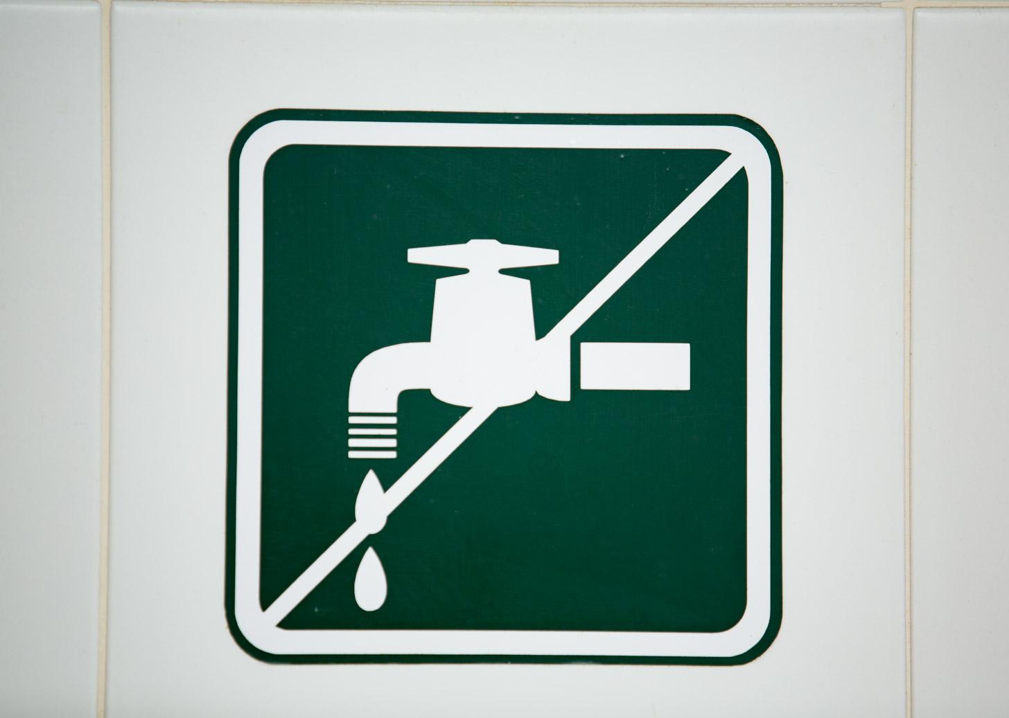 Als je water niet kunt drinken staat het aangegeven.