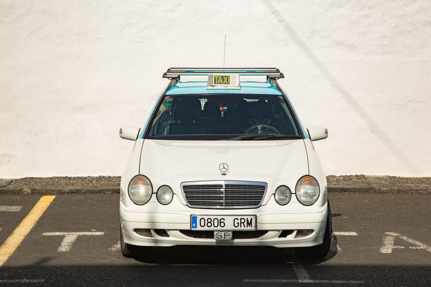 Een taxi wacht op klanten