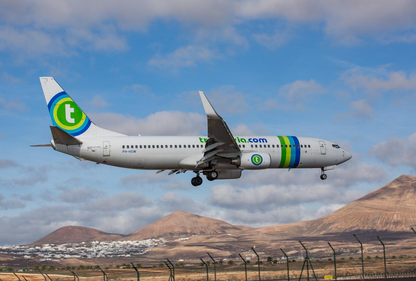 Een Transavia vliegtuig landt op Lanzarote
